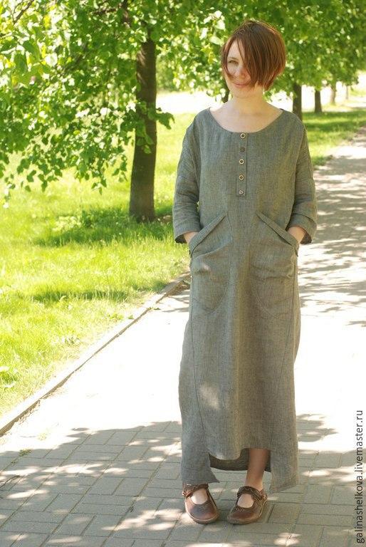 Платье длинное в стиле бохо изо льна. Свободный крой, асимметричные боковые швы и подол. Большие накладные карманы с защипами. Декоративная планка с разными пуговками. Спущенное плечо, рукав 3/4