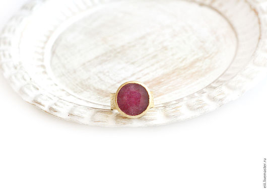 Кольца ручной работы. Ярмарка Мастеров - ручная работа. Купить Круглое кольцо с нефритом темно-малинового цвета. Handmade. Подарок