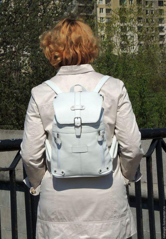 Яркий белый рюкзак сшит из плотной кожи. Обладательница такого рюкзака будет всегда модной, так как на протяжении многих сезонов белый цвет остается актуальным.