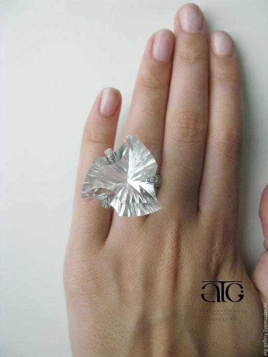 Роскошное кольцо с крупным бесцветным кварцем авторской огранки!