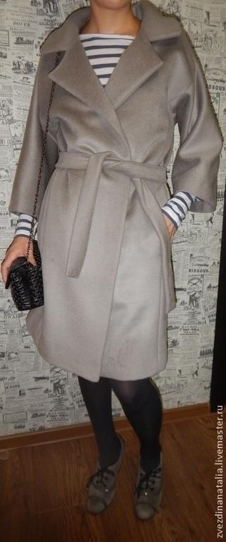 Длина изделия от плеча 95 см, рукав короче обычного на 12 см, поэтому хорошо будет сочетаться с длинными перчатками.  Ткань, из которой сшито пальто, двухсторонняя с коротким ворсом из линии MaxMara.