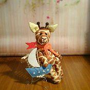 Мягкие игрушки ручной работы. Ярмарка Мастеров - ручная работа Игрушка Жираф на скамеечке. Handmade.