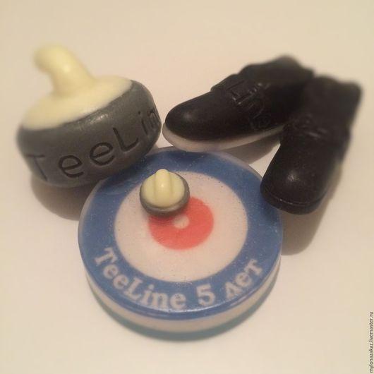 Готовое мыло в форме ботинок, поле и камня для игры в керлинг. Сделано для керлинг клуба Tee Line.