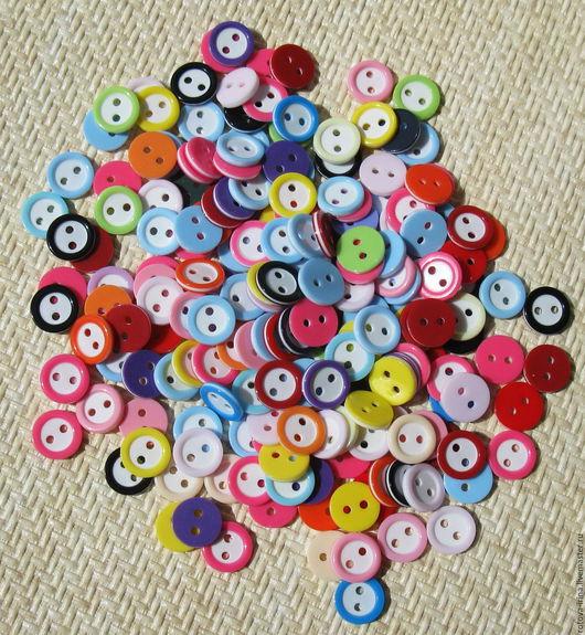 Пластиковые пуговицы с цветными ободком в случайном подборе цветов. Пуговицы в диаметре 11мм. , на 2 прокола.Пуговицы разноцветные весёлые детские для одежды и игрушек.