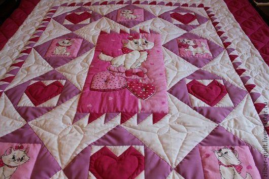 """Пледы и одеяла ручной работы. Ярмарка Мастеров - ручная работа. Купить Детское лоскутное одеяло для девочки """"Кошечки""""+подушка. Handmade."""