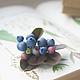 Брошь с ягодами голубики и листьями из холодного фарфора