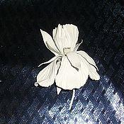 Украшения ручной работы. Ярмарка Мастеров - ручная работа Ирис  из натуральной кожи (белоснежный). Handmade.