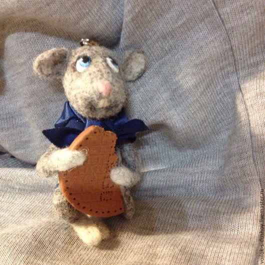 """Брелоки ручной работы. Ярмарка Мастеров - ручная работа. Купить Брелок """"Мышонок с печеньем"""". Handmade. Серый, мышонок, брелок для сумки"""