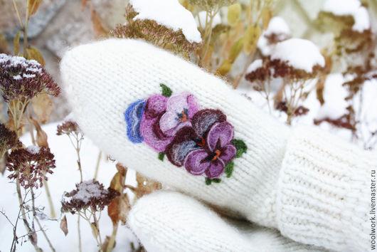 Белые   шерстяные варежки зимний вереск ручной работы   цветы на варежках   подарок для женщины подарок девушке подарок на новый год варежки женские  сухое валяние. WW