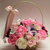 Цветы и флористика ручной работы. Ярмарка Мастеров - ручная работа Букет из конфет в корзине. Handmade.