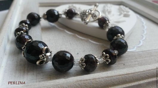 `Гранатовый браслет`  Купить браслет из натуральных камней граната и хрусталя. Браслет из бордовых камней купить. Браслет ручной работы гранат, хрусталь. Браслет камни. Украшение для девушки.