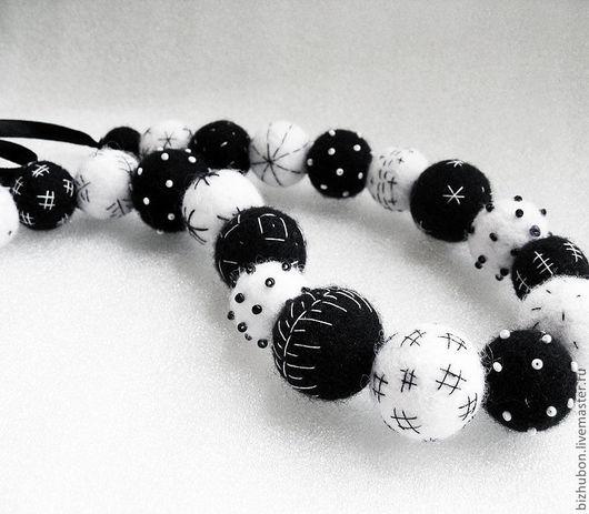 """Колье, бусы ручной работы. Ярмарка Мастеров - ручная работа. Купить Войлочные бусы """"Black&White"""". Handmade. Чёрно-белый, шерсть"""