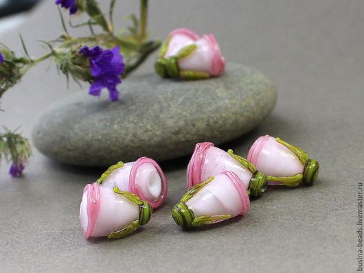 Бусины Лэмпворк бутоны розовые веретено 2 Бусины стеклянные ручной работы в технике лэмпворк / lampwork  нежные розовые стеклянные бутончики с оливковой зеленью