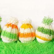 Подарки к праздникам ручной работы. Ярмарка Мастеров - ручная работа Полосатая шапочка с помпоном для пасхального яичка. Handmade.
