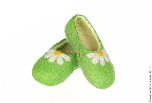 Обувь ручной работы. Ярмарка Мастеров - ручная работа. Купить Детские войлочные тапочки Ромашки насалатовом. Handmade. Войлочные тапочки