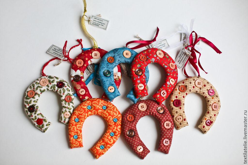 """Купить """"Подкова на счастье"""" из ткани для пэчворка - игрушка, подарок, пэчворк, изделие из ткани, авторская работа"""