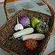 В этой корзине мы собрали всё для овощного рагу - головку чеснока, кабачки, болгарские перцы, маленькую тыкву и сицилийский баклажан.