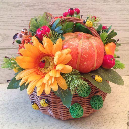 яркая осенняя корзина подарок учителю воспитателю для дома и интерьера осенняя птичка тыква оранжевые цветы красные ягоды подарок в корзине осень красивая композиция