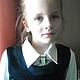Вот с такой брошечкой на блузах школьных моя доча ходит в школу! Фото для примера.