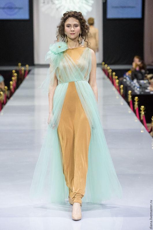 Вечернее платье из трикотажной основы, драпировки из сетки мятного цвета, на плече бант.модное платье от российского дизайнера Дианы Павловской.