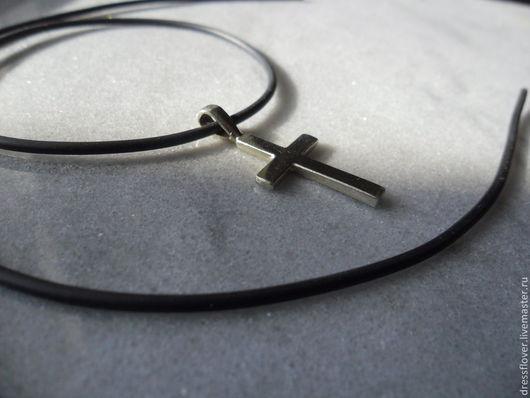 Декоративный серебряный, простой по форме, крестик, без Иисуса.