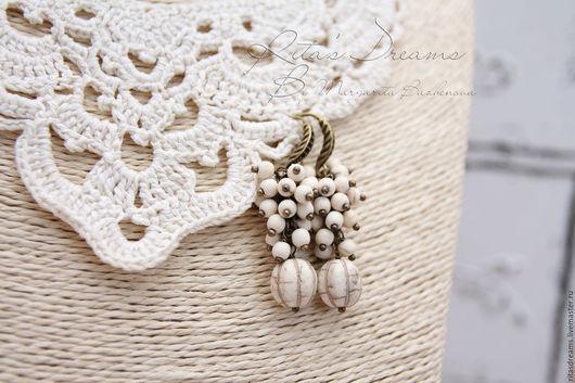 Серьги-гроздья нежного оттенка слоновой кости из натуральных камней.