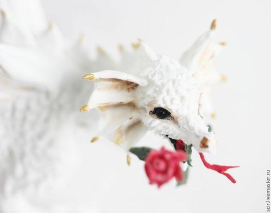 """Сказочные персонажи ручной работы. Ярмарка Мастеров - ручная работа. Купить фигурка """"Белый дракон с розой"""" (статуэтка белого дракона). Handmade."""