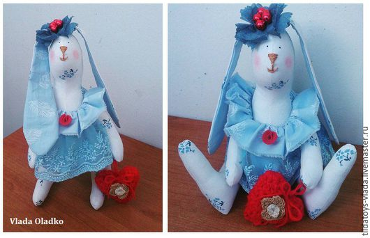 Вислоухая крошка зайка Галочка в стиле тильда, рост 20 см. Умеет устойчиво стоять и сидеть, держит в руках вязанное сердечко. Выполнена в ярких голубых и красных тонах. Готовая работа.