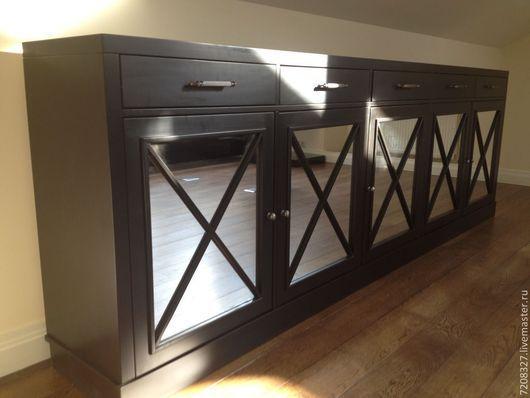 Широкий черный комод. Имеет пять вместительных распашных шкафов с полками и зеркальными фасадами, а так же пять выдвижных ящиков, оснащенных доводчиками. Строгая геометрия, минимализм - подчеркивает выдержанный английский стиль.
