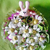 """Цветы и флористика ручной работы. Ярмарка Мастеров - ручная работа Заяц на ромашковом поле из конфет """" Неужели это все мое """". Handmade."""