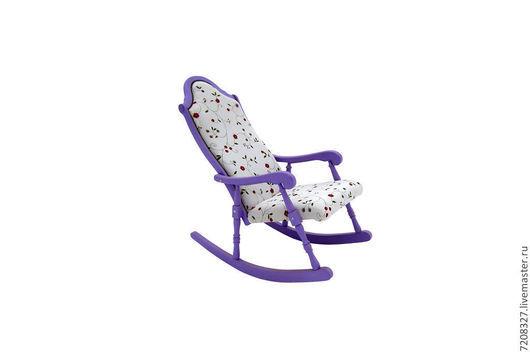 Кресло-качалка, выполнена из массива бука и текстиля. Покрыта не токсичными эмалями и лаком. Разница в цвете, фактуре возможна, благодаря ручной работе.