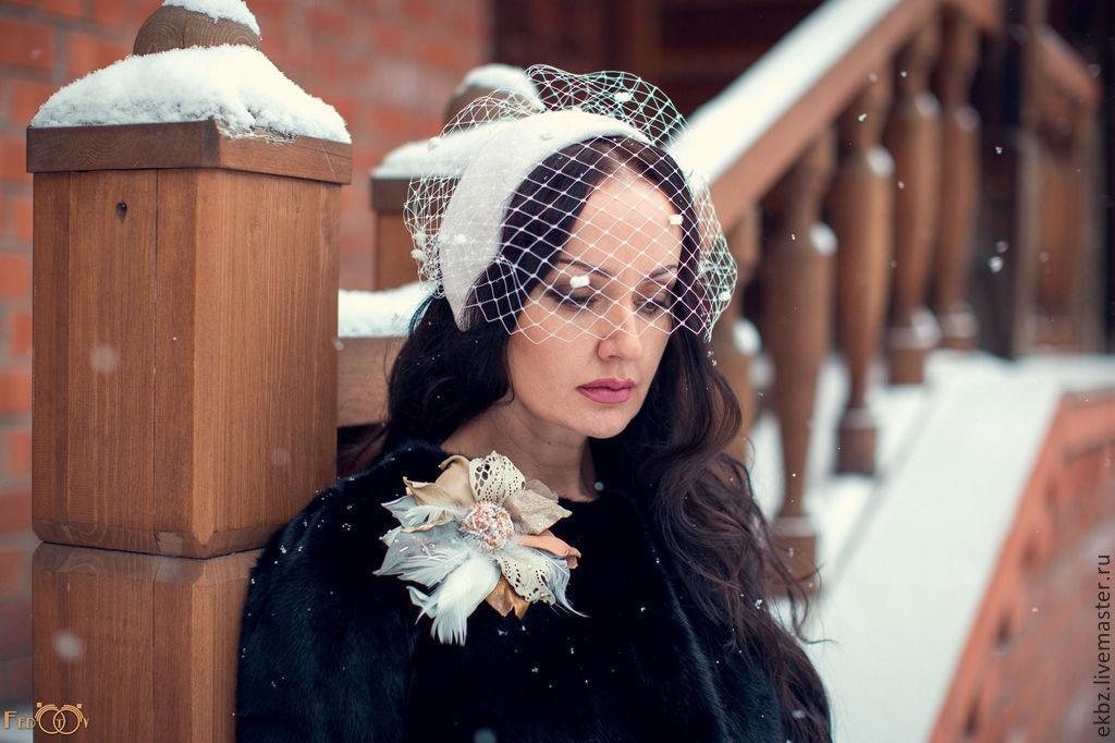 Головной убор `Вуалетка`,возможно как украшение невесты или подружки невесты. Изготовлена на формованной форме.Закрывает уши. Винтажный декор ручной работы из кожи и замши овчины,с добавлением перье