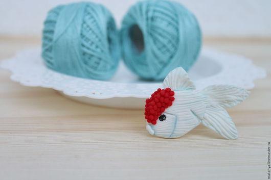 Броши ручной работы. Ярмарка Мастеров - ручная работа. Купить Японская рыбка. Handmade. Белый, брошь рыбка, полимерная глина
