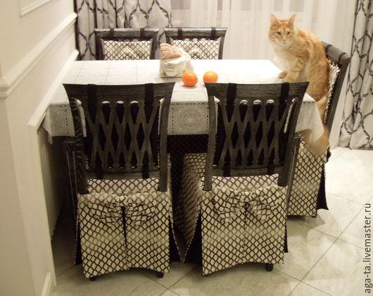 Чехлы на сидушки стула с юбкой и декоративным бантом. Спинка стула украшена стеганой подушечкой на петлях.  Для пошива данных чехлов использовалась наша ткань.