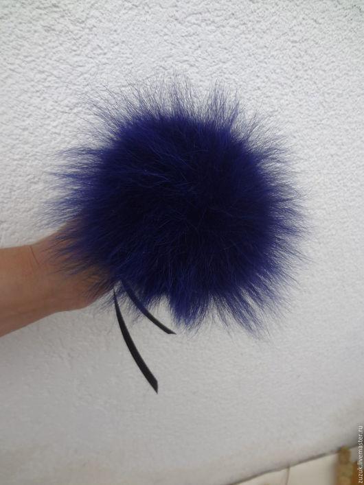 В наличии! Размер 10-12 см. Помпон выполнен из синего  песца. Прекрасно украсит вашу шапочку! Изготовлю по вашим размерам в различных цветовых решениях! Пишите