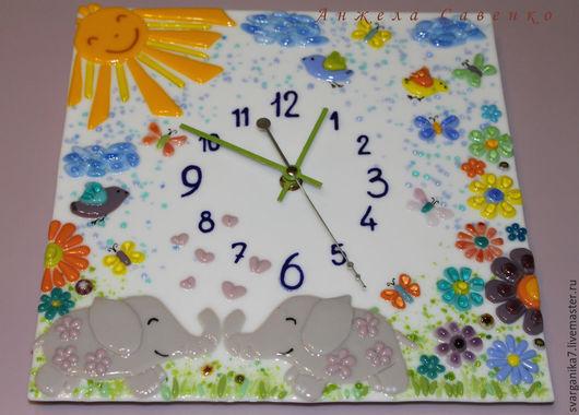 """Детская ручной работы. Ярмарка Мастеров - ручная работа. Купить Часы в детскую """"Влюбленные слоники"""" из стекла. Handmade. Разноцветный, птички"""