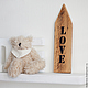 Интерьерная табличка-стрелка с надписью `Love`.