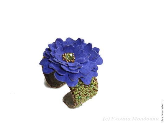 Браслет Синий цветок. Браслет из бисера. Цветок из натуральной замши. Модный летний браслет.