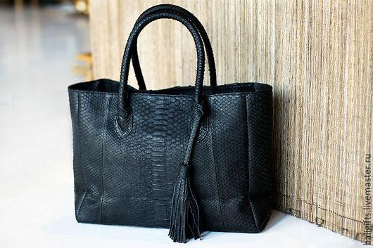 Повседневная женская сумка из натуральной кожи питона черного цвета