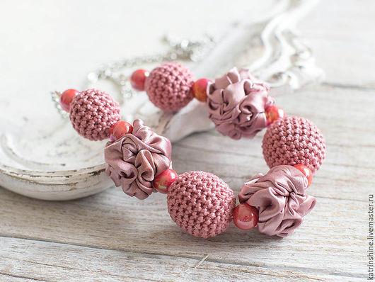 """Колье, бусы ручной работы. Ярмарка Мастеров - ручная работа. Купить Бусы розовые """"Кремовая роза"""" текстильными и вязаными крючком бусинами. Handmade."""