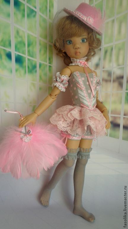 Комплект для куклы БЖД формата МСД.  Модель- Микки от Кайе Виггз. Состоит из: корсета, панталон с кринолином, съёмных рукавчиков, чулок, кружевного украшения на шею, шляпки с вуалью и веера.