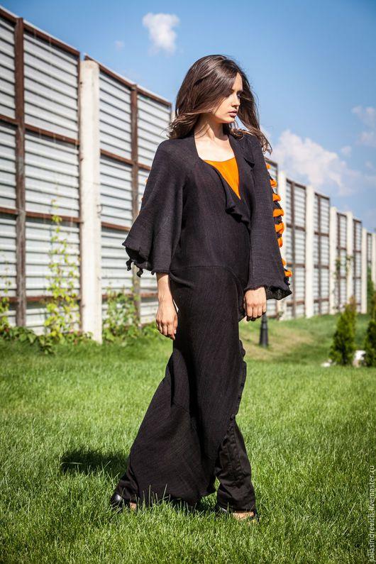 КМГ_002 Пальто ассиметричное с углом, из сарафана МГ_004, с рукавами 7/8, с лацканами, цвет черный, на спине черно-оранжевое жабо. КМГ_003 Топ ШИТЫЙ оранж.