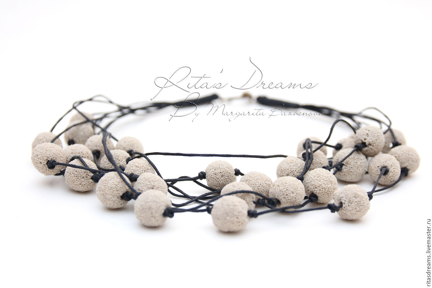 The porous volcanic lava on the smooth waxed cord - a concise but effective decoration for every day.