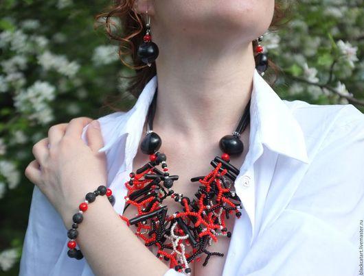 Стильное украшение с использованием классического сочетания цветов - красного, черного, серебряного сделает нарядным любой образ: бохо, casual, деним.