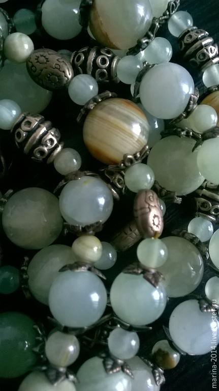 Очень привлекательный комплект украшений из оникса светло-салатового цвета с фурнитурой под бронзу: двухрядные бусы с подвеской,трёхрядный браслет и удлинённые серьги.