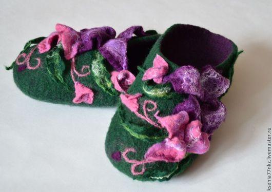"""Обувь ручной работы. Ярмарка Мастеров - ручная работа. Купить Валяные тапочки """"Цветочные"""""""". Handmade. Бледно-сиреневый, тапочки из шерсти"""