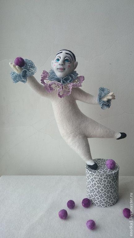 Коллекционные куклы ручной работы. Ярмарка Мастеров - ручная работа. Купить Пьеро на одной ножке. Handmade. Белый, шерсть для валяния