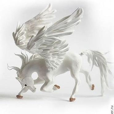 """Куклы и игрушки ручной работы. Ярмарка Мастеров - ручная работа Фигурка маленькая """"Белый пегас в поклоне"""" (лошадь в поклоне). Handmade."""