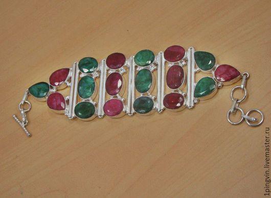 Серебряный браслет с рубинами и изумрудами