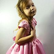 Нарядное платье для девочки из сатина с розой из ткани и жемчугом